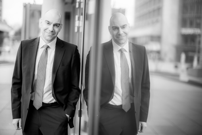 Businessfotos – aber bitte nicht mit Unifarbenem Hintergrund im Studio