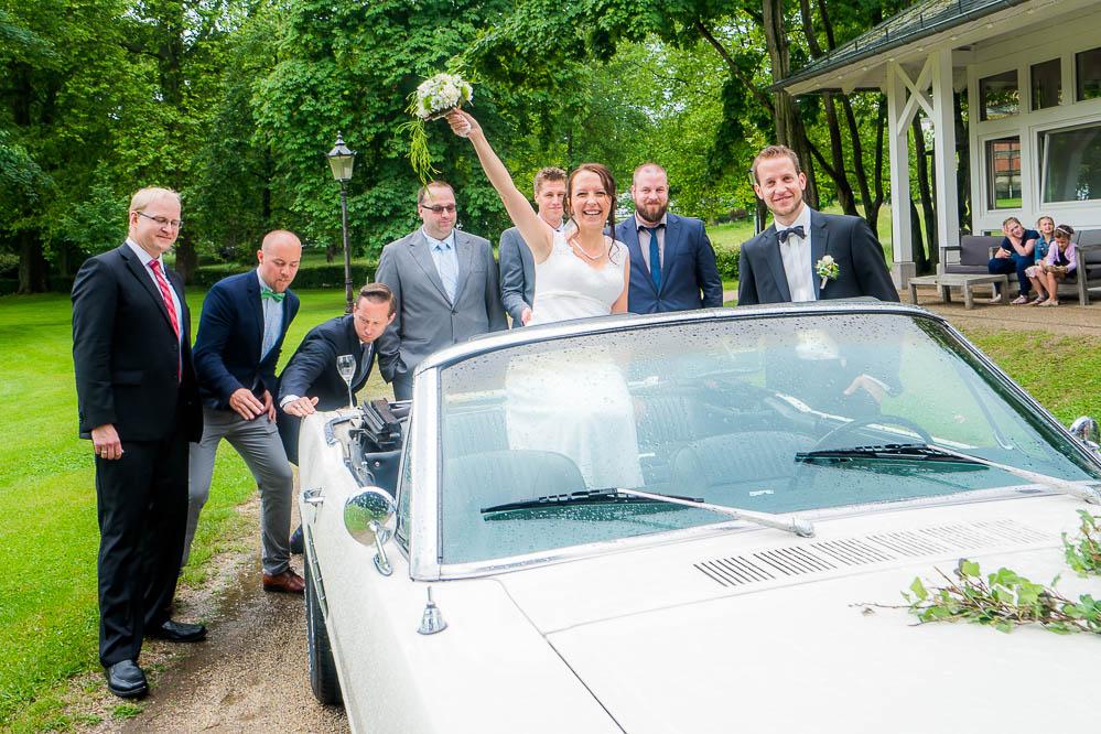 Es regnet. Na und? Die Brautgesellschaft hat Spaß!